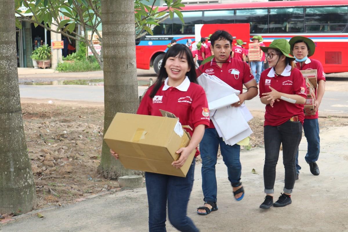 7 giờ sáng, các chiến sĩ áo hồng đã có mặt tại địa phương để chuẩn bị các phần việc tổ chức những hoạt động tình nguyện